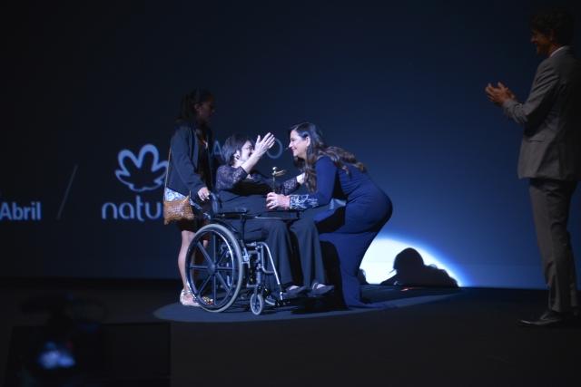 Na estrelada noite do Prêmio Claudia, Luiza Brunet entrega troféu a Maria da Penha